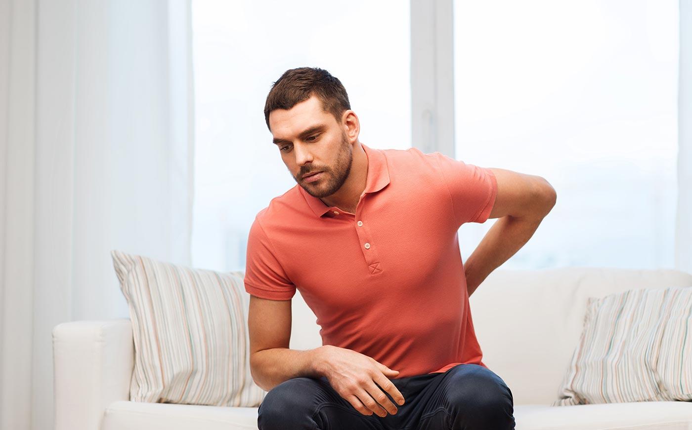 Καρκίνος του νεφρού, άντρας πονάει χαμηλά στην πλάτη